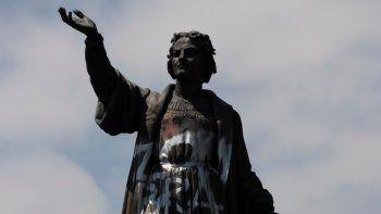 Una estatua de Cristóbal Colón vandalizada, en la avenida Paseo de la Reforma en Ciudad de México, el 28 de septiembre de 2020. El gobierno anunció el domingo 5 de septiembre de 2021 que la estatua será reemplazada por una en honor a las mujeres indígenas.