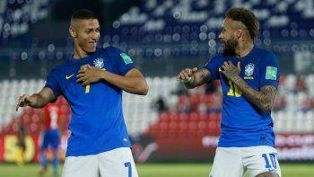 Neymar (derecha) celebra con su compañero Richarlison tras marcar el primer gol de Brasil en la victoria 2-0 ante Paraguay por las eliminatorias del Mundial, el martes 8 de junio de 2021, en Asunción