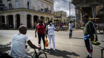 Los compradores usan máscaras protectoras en medio del nuevo coronavirus mientras hacen sus compras en La Habana, Cuba, el martes 19 de enero de 2021.