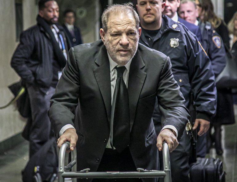 Harvey Weinstein sale de un tribunal en Manhattan tras el segundo día de selección de jurados para su juicio bajo cargos de violación y abuso sexual