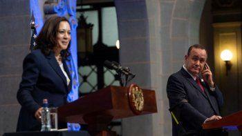 El presidente guatemalteco Alejandro Giammattei, a la derecha, escucha a la vicepresidenta Kamala Harris durante una conferencia de prensa en el Palacio Nacional en la Ciudad de Guatemala.