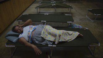 Luz Aponte Velázquez descansa en un catre en la escuela secundaria Ramon Quiñones Medina, uno de los refugios habilitados en la municipalía de Yabucoa, antes de la llegada de la tormenta tropical Karen, en Yabucoa, Puerto Rico, el 24 de septiembre de 2019.