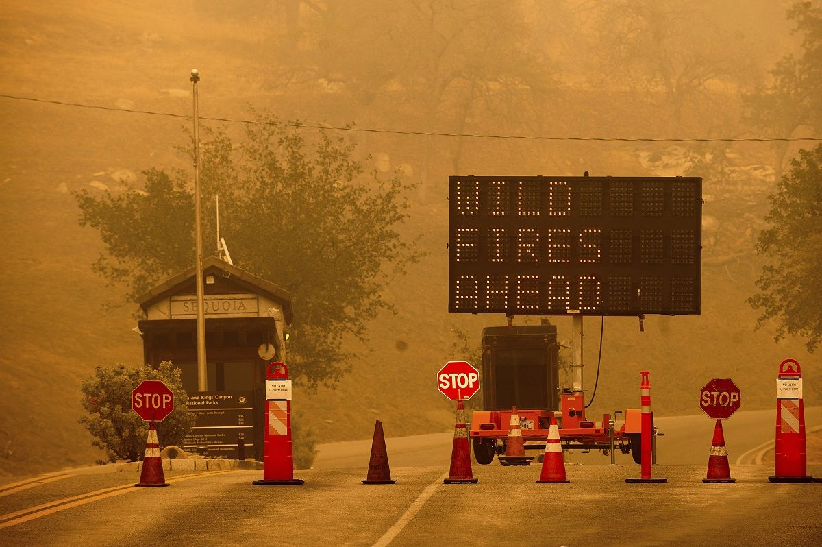 Conos de plástico bloquean la entrada al Parque Nacional de las Secuoyas, en California, porla cercanía de un incendio, el 15 de septiembre de 2021.