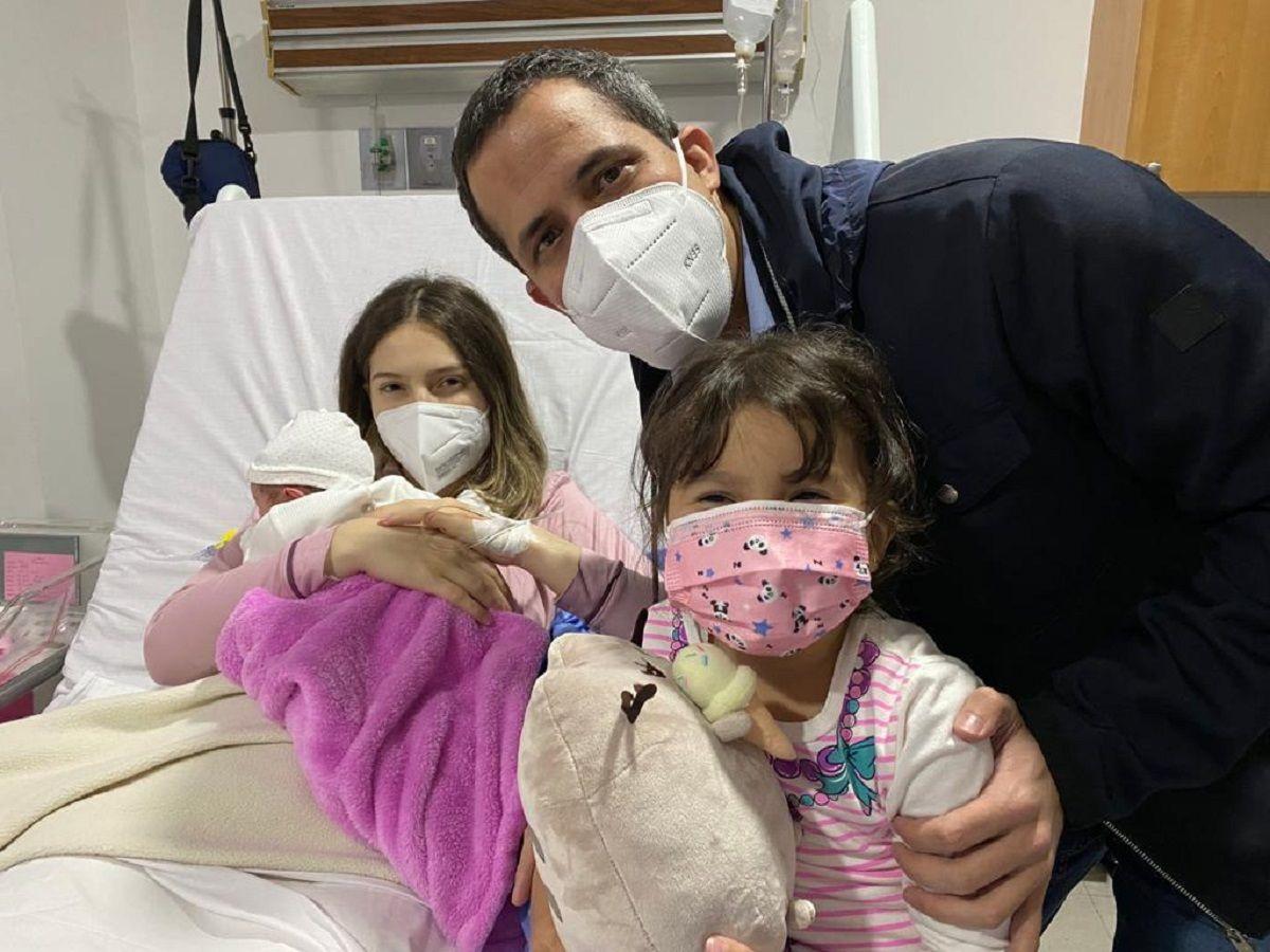 El presidente encargado de Venezuela Juan Guaidó, junto a su esposo Fabiana Rosales, su hija Miranda y la recién nacida Mérida Antonieta.