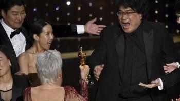 Bong Joon Ho, derecha, reacciona al recibir el premio de Mejor película por Parasite de la anfitriona Jane Fonda en los Oscar el 9 de febrero de 2020 en el Teatro Dolby en Los Angeles. De izquierda a derecha Kang-Ho Song y Kwak Sin Ae.
