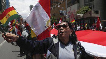 Manifestantes antigubernamentales marchan contra la reelección del presidente Evo Morales en La Paz, Bolivia, el domingo 10 de noviembre de 2019. El presidente Morales llamó a nuevas elecciones presidenciales y a una reforma del sistema electoral el domingo después de que la Organización de los Estados Americanos dijera en un informe preliminar que observó irregularidades en las elecciones del 20 de octubre.