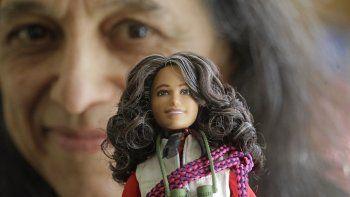 Fotografía del 3 de diciembre de 2019 de la ecóloga forestal Nalini Nadkarni en su laboratorio en la Universidad de Utah en Salt Lake City con una Barbie diseñada según su imagen cuando sube a las copas de los árboles selváticos para estudiarlas.
