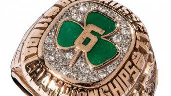 En una imagen proporcionada por la casa de subastas Hunt Auctions muestra un anillo de campeonato de la NBA que obtuvo con los Celtics de Boston Bill Russell, quien fue jugador y entrenador del equipo
