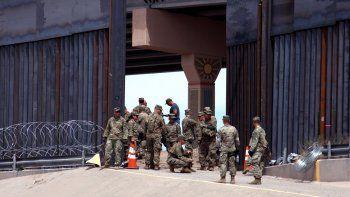 Militares norteamericanos colocan alambradas de acero a lo largo del Puente Santa Fe y el lecho del río Bravo, en el límite frontereizo con Ciudad Juárez, en el estado de Chihuahua, México.