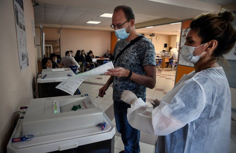 Un hombre deposita su voto en un colegio electoral en Novosibirsk el 13 de septiembre de 2020
