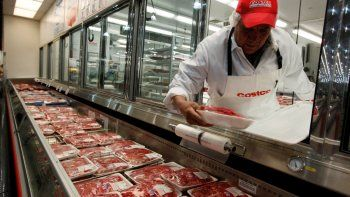 Un carnicero coloca carne de res en una tienda de Costco en Mountain View, California. Los suministros de carne en Estados Unidos están bajando debido a cierres de producción causados por la pandemia de coronavirus.