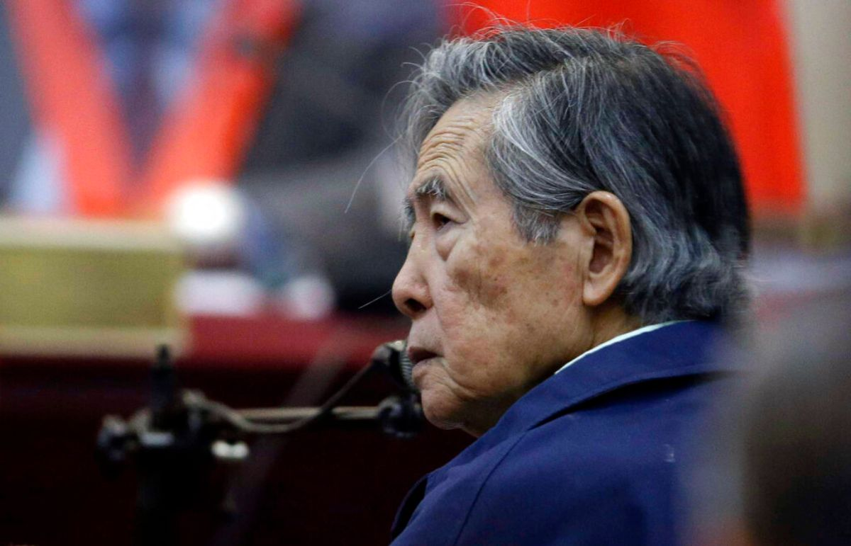 En esta fotografía de archivo del 15 de marzo de 2018, el expresidente de Perú, Alberto Fujimori, escucha una pregunta durante su testimonio en una sala de audiencias en una base militar en Callao, Perú.