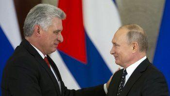 Los gobernantes Miguel Díaz-Canel y Vladimir Putin, de Cuba y Rusia, respectivamente, se dan la mano después de sus conversaciones en el Kremlin en Moscú, Rusia, el viernes 2 de noviembre de 2018.