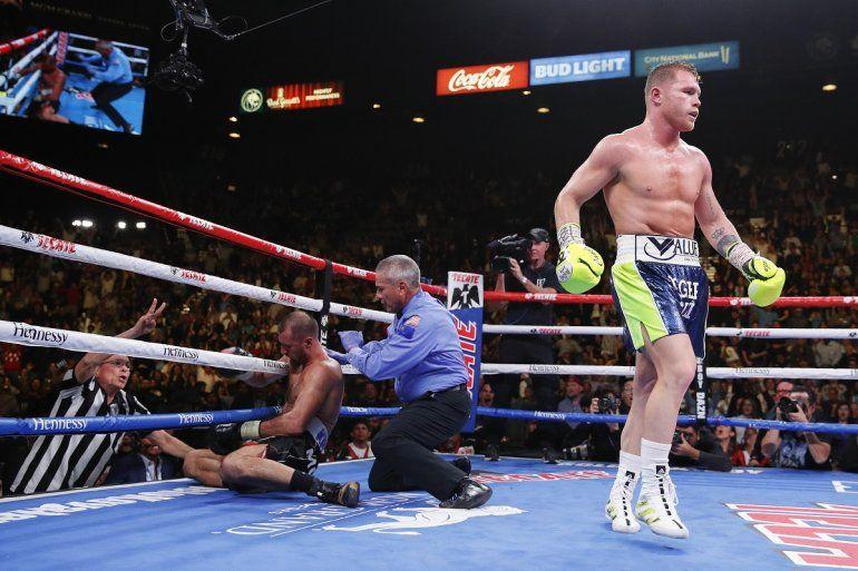 El mexicano Saúl Canelo Álvarez camina a su esquina tras noquear al ruso Sergey Kovalev en una pelea por el cetro de los semipesados por la Organización Mundial de Boxeo
