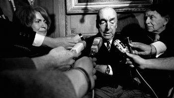 Esta foto de archivo del 21 de octubre de 1971 muestra a Pablo Neruda, poeta y entonces embajador de Chile en Francia, hablando con periodistas en París después de ser nombrado Premio Nobel de Literatura de 1971.