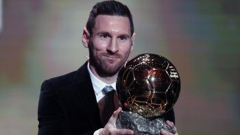 El argentino Lionel Messi, del Barcelona, posa con el trofeo en la ceremonia de premiación del Balón de Oro en París, el lunes 2 de diciembre de 2019. AP Foto/Francois Mori