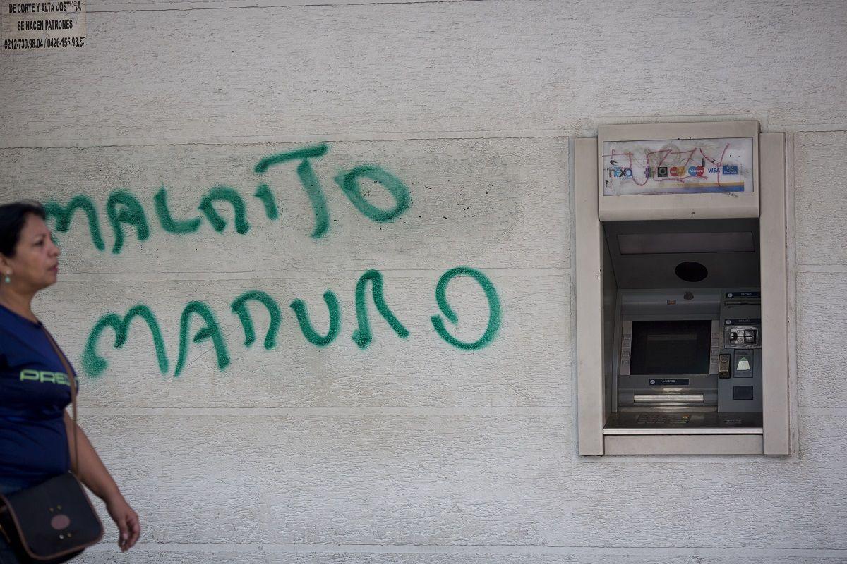 En esta imagen de archivo, tomada el 20 de agosto de 2018, una pintada al lado de un cajero con la frase Maldito Maduro, en Caracas, Venezuela.