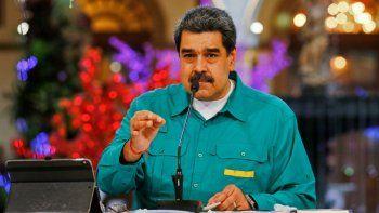 Imagen del folleto publicado por el régimen venezolano que muestra al dictador de Venezuela, Nicolás Maduro, hablando durante un anuncio televisado en el Palacio Presidencial de Miraflores en Caracas, el 15 de noviembre de 2020, en medio de la pandemia de COVID-19. El dictador Maduro dijo que Venezuela llegó a un acuerdo con Rusia para adquirir 10 millones de dosis de vacuna contra el nuevo coronavirus.