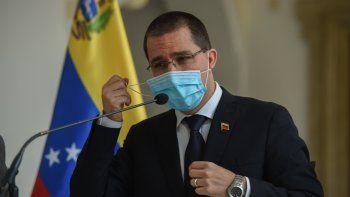 El canciller del régiimen venezolano, Jorge Arreaza, se quita la mascarilla para dirigirse a la prensa luego de una reunión con el Coordinador Residente de la ONU Peter Grohmann en la Cancillería en Caracas el 28 y 20 de septiembre.