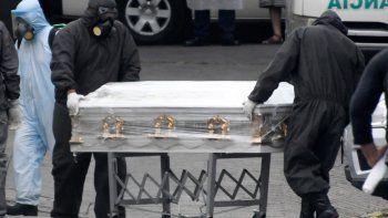 Los empleados de una compañía funeraria mueven el ataúd de una víctima de COVID-19 en el Hospital General de Enfermedades (Hospital General de Enfermedades), en la Ciudad de Guatemala el 13 de julio de 2020. Médicos, diputados y la Oficina del Procurador de los Derechos Humanos (PDH) La alarma sobre el inminente colapso del sistema de salud de Guatemala debido al aumento de los casos de COVID-19.