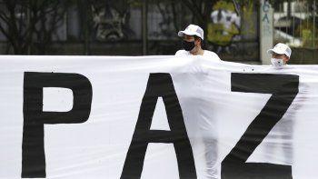 Excombatientes de las FARC y activistas sociales participan en una marcha para exigir que el gobierno les garantice su derecho a la vida y cumpla con el acuerdo de paz de 2016, el domingo 1 de noviembre de 2020, en Bogotá.