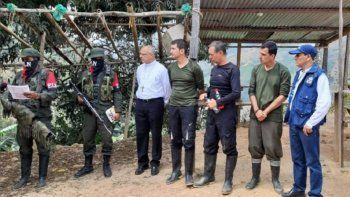 Miembros de la guerrilla del ELN en Colombia entregan a la Defensoría del Pueblo de ese país los tres tripulantes del helicóptero derribado en enero último.