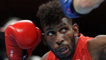 El cubano Andy Cruz (rojo) y el británico Luke McCormack pelean durante la ronda preliminar de boxeo de los octavos de final de sus hombres ligeros (57-63kg) durante los Juegos Olímpicos de Tokio 2020