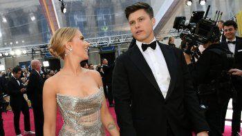En esta foto de archivo tomada el 9 de febrero de 2020, la actriz estadounidense Scarlett Johansson llega con su prometido Colin Jost para los 92 Oscar en el Dolby Theatre en Hollywood, California.