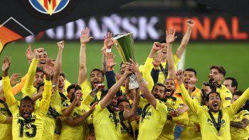 Los jugadores del Villarreal levantan el trofeo tras ganar la final de la UEFA Europa League entre el Villarreal CF y el Manchester United en el estadio de Gdansk en Gdansk el 26 de mayo de 2021.