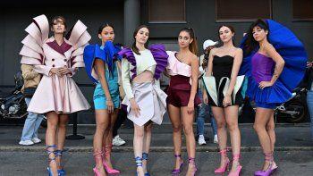 Exalumnas del Instituto de Moda Marangoni, la diseñadora Nora Bourelly (R) posa con amigos con sus creaciones en una calle fuera del desfile de mujeres y hombres Primavera / Verano 2021 de Valentino, durante la Semana de la Moda de Milán el 27 de septiembre de 2020 en Milán, durante el COVID -19 pandemia provocada por el nuevo coronavirus.