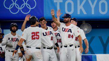 Todd Frazier (25), de Estados Unidos, celebra con sus compañeros tras anotar en un hit de Mark Kolozsvary en el juego de semifinales del torneo olímpico de béisbol