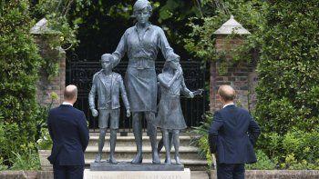 El príncipe Guillermo de Inglaterra, a la izquierda, y su hermano, el príncipe Enrique, develan una estatua que encargaron de su madre, la princesa Diana, en el que habría sido su 60 cumpleaños, el jueves 1 de julio de 2021 en el Jardín Hundido del Palacio de Kensington, en Londres.