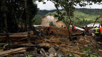 Equipos de rescatistas buscan sobrevivientes entre los restos de un enorme alud de tierra provocado por la lluvia en el poblado de Quejá, en Guatemala, el sábado 7 de noviembre de 2020, tras el paso de la tormenta tropical Eta.