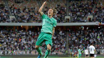 Luka Modric festeja tras marcar el tercer gol del Real Madrid en el partido ante el Valencia por las semifinales de la Supercopa española en Yeda, Arabia Saudita, el miércoles 8 de enero de 2020.