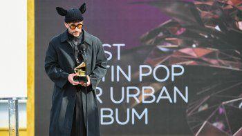 Bad Bunny acepta el Grammy al Mejor álbum urbano o pop latino por YHLQMDLG en el escenario durante la 63 entrega anual de los premios Grammy en el Centro de Convenciones de Los Angeles el 14 de marzo de 2021 en Los Angeles, California.