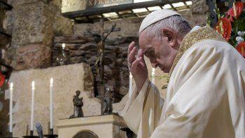 """El racismo, dijo el papa Francisco, es como """"un virus que muta rápidamente y, en vez de desaparecer, se esconde y permanece en la penumbra listo para saltar al acecho"""""""