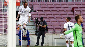 Sergio Ramos celebra tras anotar el segundo gol del Real Madrid en el partido contra el Barcelona en el partido de La Liga española, el sábado 24 de octubre de 2020.