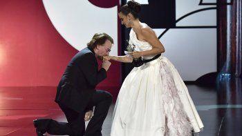 El cantante Bono besa la mano de la actriz española Penélope Cruz, quien acaba de recibir el Premio Donostia en la 67ma edición del Festival de Cine de San Sebastián, en San Sebastián, España, 27 de septiembre de 2019.