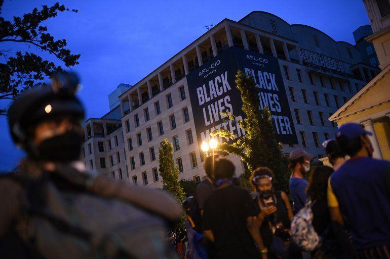 Una bandera gigante de Black Lives Matter descansa sobre un edificio en Washingtonmientras los manifestantesprotestan en la plaza Lafayette