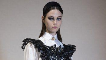 Una modelo presenta una creación para Christian Dior durante la presentación de la colección de moda prêt-à-porter Otoño/Invierno 2021, el 6 de marzo de 2021, en Aubervilliers, en las afueras de París.