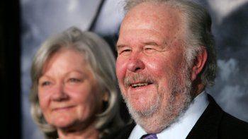 En esta foto de archivo tomada el 8 de marzo de 2007, el actor Ned Beatty (derecha) y su esposa Sandra Johnson (izquierda) llegan al estreno de Paramount Pictures de la película Shooter en el Teatro Mann Village en Westwood, California.