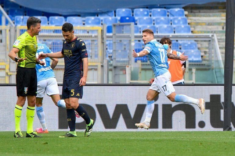 El delantero de la Lazio Ciro Immobile (derecha) celebra tras anotar el segundo gol del equipo en el partido contra el Genoa por la Serie A italiana