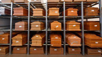 En esta foto de archivo del 23 de marzo de 2020, se ven ataúdes de víctimas de coronavirus colocados en estantes en el crematorio del templo de Piacenza, en el norte de Italia, a la espera de ser cremados.
