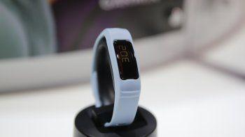 El dispositivo de monitoreo de entrenamiento Vivofit 2 de Garmin, es exhibido en el módulo de Garmin en la Feria Internacional de Electrónica de Consumo, en Las Vegas.