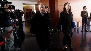 Los magistrados de laJusticiaEspecialpara laPaz(JEP) Iván González Amado (izq), Julieta Lemaitre (c) y Catalina Díaz (dcha) llegan este viernes a la audiencia pública