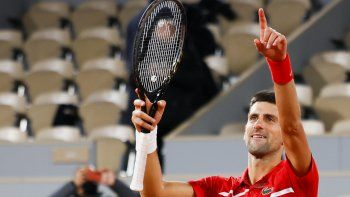 Novak Djokovic celebra el viernes 9 de octubre su pase a la final del Rolan Garros, edición 2020, tras vencer al griego Stefanos Tsitsipas en cinco sets; 6-3, 6-2, 5-7, 4-6 y 6-1 en un juego de casi 4 horas