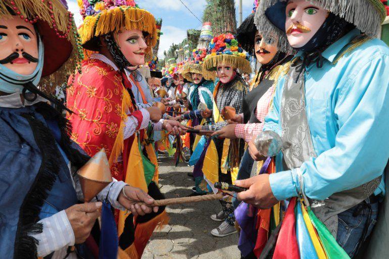 Los bailarines interpretan El Toro Huaco