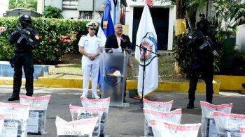 El vocero de la Dirección Nacional de Control de Drogas, Carlos Devers en compañía de un oficial de la Armada de la República Dominicana, mientras ofrecen información de la droga incautada.