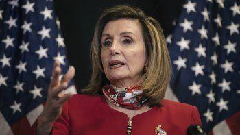 La presidenta de la Cámara de Representantes de Estados Unidos Nancy Pelosi habla con reporteros sobre los resultados de las elecciones en varias contiendas por la Cámara Baja. (Alyssa Schukar/The New York Times via AP, Pool)