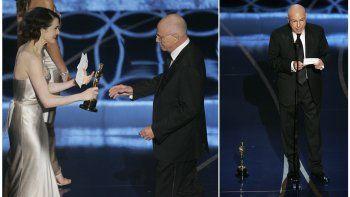 En esta combinación de fotos, la actriz Rachel Weisz le entrega a Alan Arkin el Oscar al mejor actor de reparto por Little Miss Sunshine, a la izquierda, y Arkin da su discurso de aceptación, tras colocar su estatuilla en el piso, durante la gala de premiación el 25 de febrero de 2007 en Los Angeles.